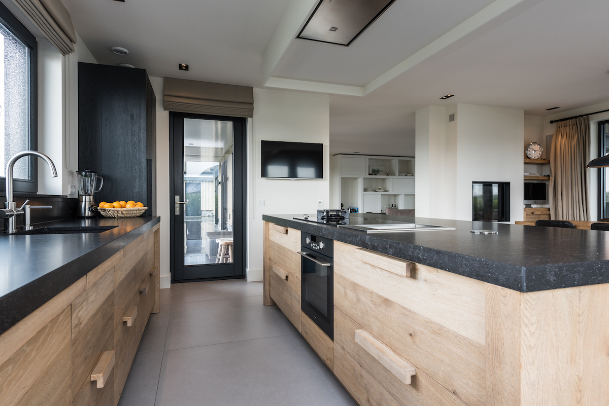 Keuken en interieur in geborsteld eiken harry westhoeve for Interieur keukens