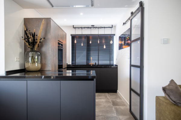 Moderne keuken in een zwart bronzen combinatie